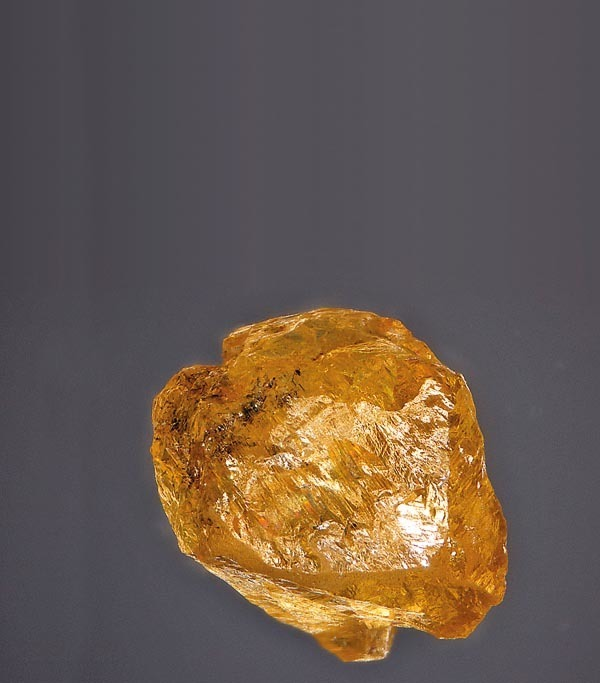 Dlažkovický diamant z depozitáře Národního muzea v Praze (rozměry 4,13 × 2,63 mm). Snímek © J. Sejkora.